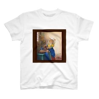 ミルクを入れるニャンコ(前面額縁カラー、背面額ナシモノクロ)  T-shirts