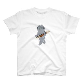 SUIMINグッズのお店の【中】盗んだ焼きサンマと歩き出す猫 T-shirts