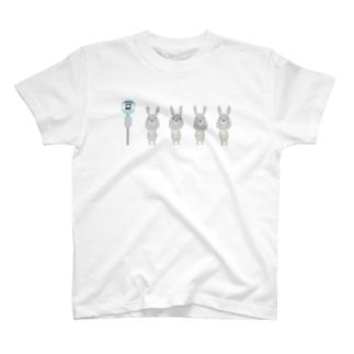 バス停で待つうさぎ T-shirts