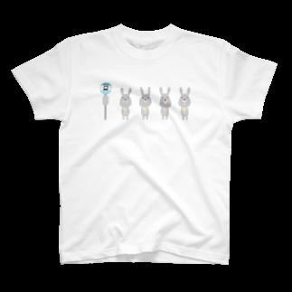 #104のバス停で待つうさぎ T-shirts