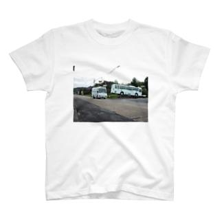湯之元で休むバスとこけけバスが走る風景 T-shirts