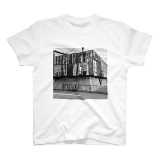 壊レタ歯車の廃屋系モノクロフォト T-shirts