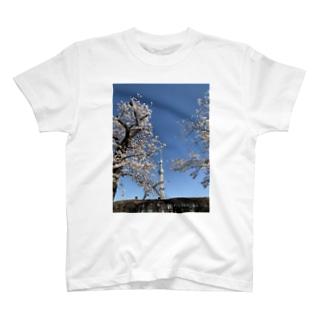スカイツリーと隅田川の桜 T-shirts