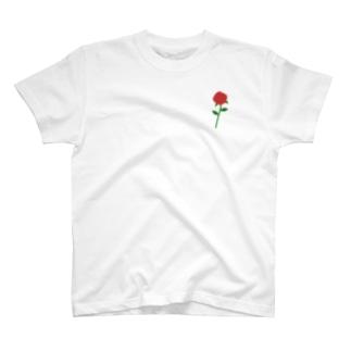 一輪の赤いバラ T-shirts