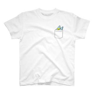 ポケットにハンカチーフとひよこ(ブルー) T-shirts