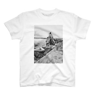海沿いを歩いて… T-shirts