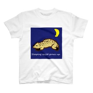 寝るハイエナはよく育つ T-shirts