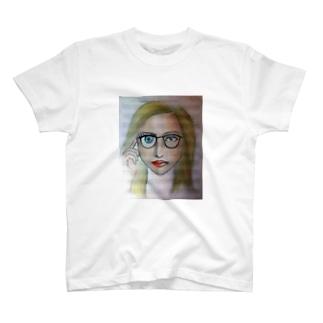 右目が大きいメガネ女子 T-shirts