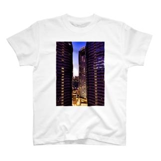 高層ビル群、夜景 T-shirts