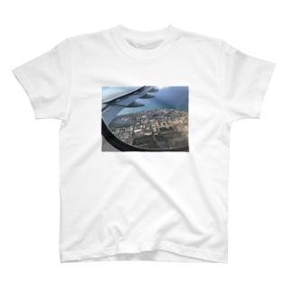 飛行機の窓から T-shirts