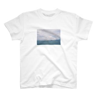 くもりの海でパラシュート T-shirts