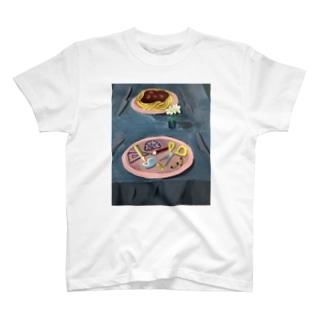 机の上に T-shirts