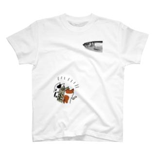 ニシンを狙うネコ達 T-shirts