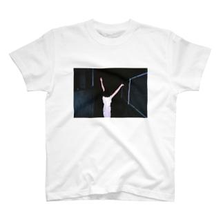 抱擁 T-shirts