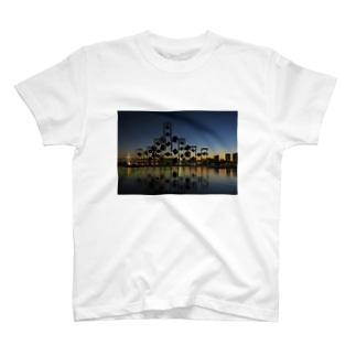 日が沈む瞬間から夜になるまで T-shirts