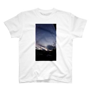 夕暮れ時と逆光 T-shirts