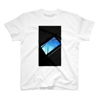電波通信不在につき T-shirts