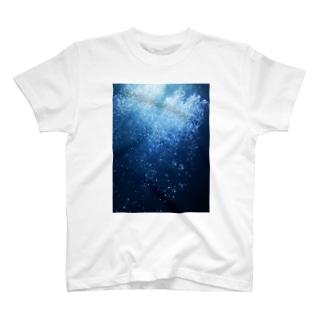 水の中 T-shirts