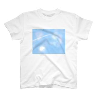空と飛行機雲 T-shirts