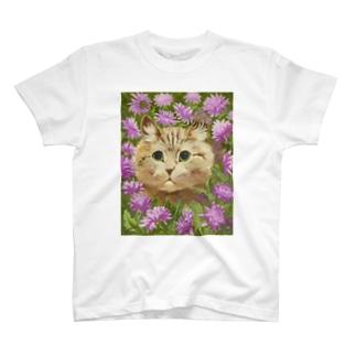 花々にうずもれたネコ T-shirts