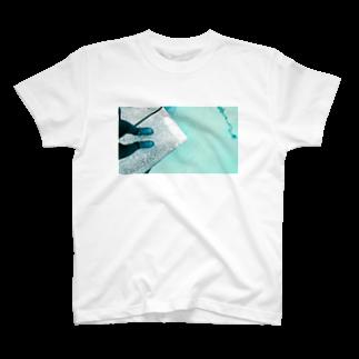 古春一生(Koharu Issey)の今日じゃない。(靴と海) T-shirts