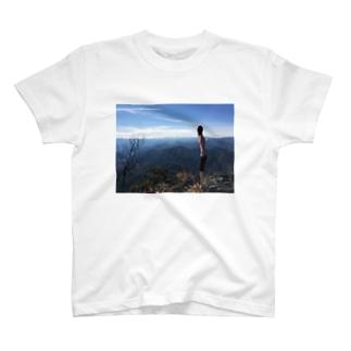 山から景色を眺める T-shirts