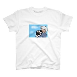 パグ抱く白髪 T-shirts