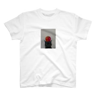 黒猫と林檎 T-shirts