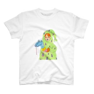 コミカルな厚着をする少年 T-shirts