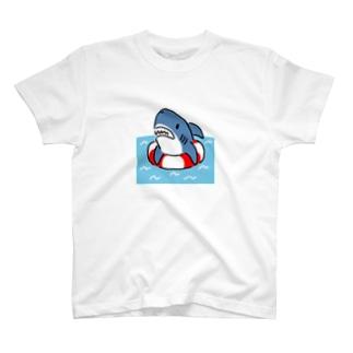 うきわでうかぶサメ T-shirts