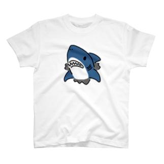 突き破るサメ T-shirts