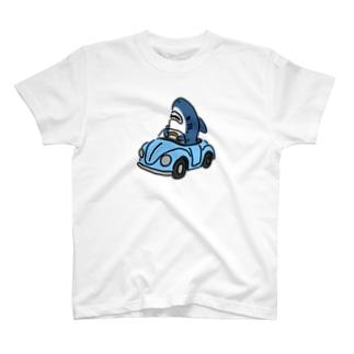 運転を覚えたサメ T-shirts