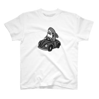 運転を覚えたサメ モノクロ T-shirts