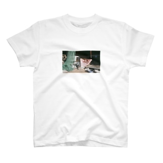 inu onthebed Tシャツ T-shirts