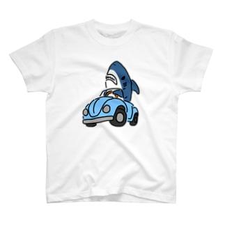 右折するサメ T-shirts