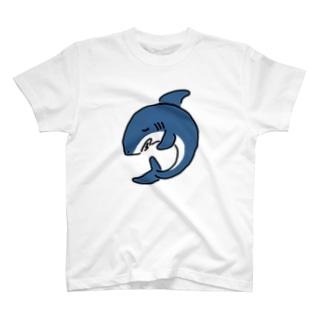 丸まって眠るサメ T-shirts