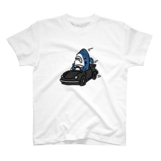 飛ばすサメ T-shirts