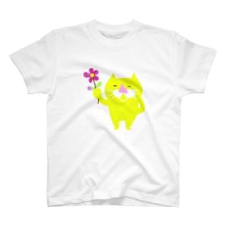 riteru1006の黄猫と一輪の花 T-shirts