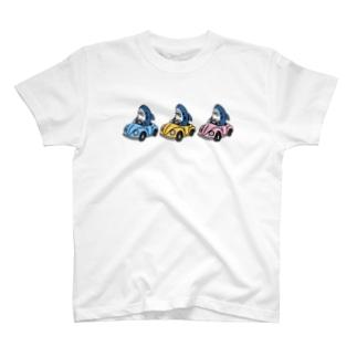 カラフルな車に乗るサメ T-shirts