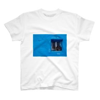 青と猫の窓 T-shirts