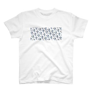 朝食をこしらえるサメの群れ T-shirts