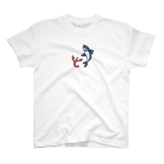 エビと踊るサメ ひかえめ T-shirts