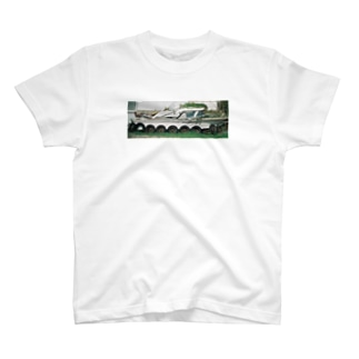 船なのにタイヤがついてる T-shirts