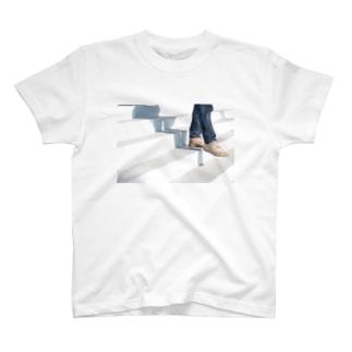 スニーカーと階段のオシャレ風景 T-shirts