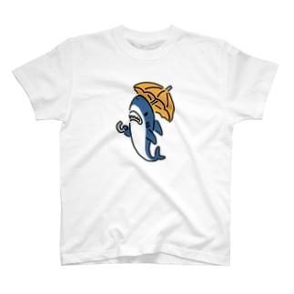 傘をさすサメ T-shirts