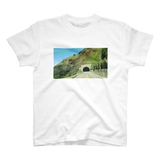 海沿いのトンネル T-shirts