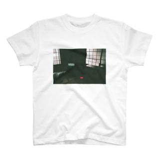 くらい部屋のTV T-shirts