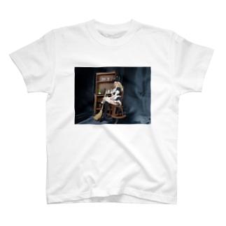 ドール写真:箒を持つブロンドの魔女 Doll picture: Pretty witch has a broom T-shirts