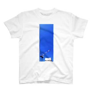 タワークレーンと青空 T-shirts