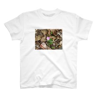 山道に咲く花 T-shirts